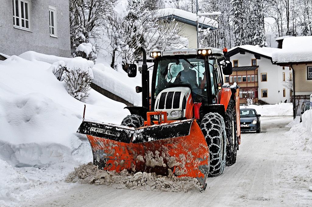 Temberger Winterdienst mit einem Schneeschieber