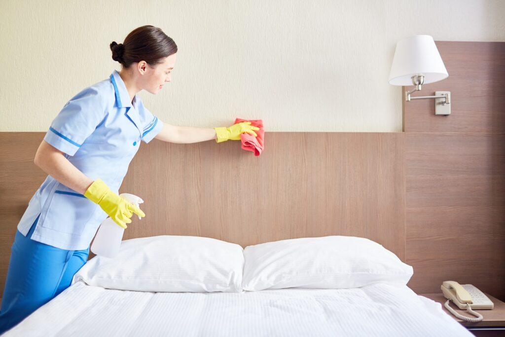 Professionell geschultes Personal bei der Hotelzimmerreinigung von Temberger